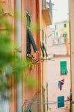 Alte Wand eines Gebäudes in der italienischen Stadt Stockfotos