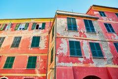 Alte Wand eines Gebäudes in der italienischen Stadt Stockfotografie