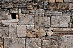 Alte Wand hergestellt sogar von den älteren Steinen - alte griechisch-romanische und byzantinische Stadt von Hierapolis Stockfotografie