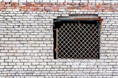 Alte Wand hergestellt vom weißen Ziegelstein mit einem geschlossenen Fenster Stockfotos
