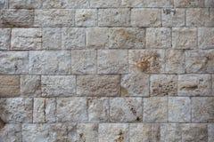 Alte Wand hergestellt von den hellen Steinen Lizenzfreie Stockbilder