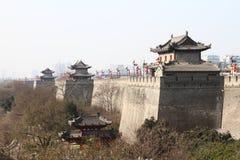 Alte Wand im Porzellan stockbilder