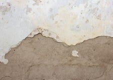 Alte Wand mit dem Schalengips und -farbe, halbweiß, halb grau, Lizenzfreies Stockfoto