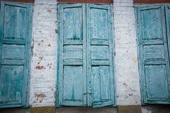 Alte Wand mit drei Fenstern Lizenzfreies Stockfoto