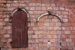 Alte Wand mit einer Tür Lizenzfreie Stockfotografie