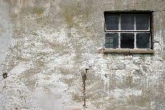 Alte Wand mit Fenster Stockfotos