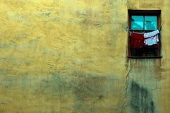 Alte Wand mit Fenster stockbilder
