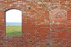 Alte Wand mit Fenstern Stockbild