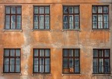 Alte Wand mit Fenstern Lizenzfreie Stockfotografie