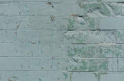 Alte Wand mit gemaltem und schäbigem ungleichem Gips Gebrochener Backsteinmauer-Hintergrund Weinlese-Maurerarbeit-Struktur mit ab Lizenzfreies Stockbild