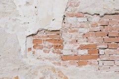 Alte Wand mit Gips- und Ziegelsteinbeschaffenheit Stockbilder