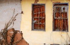 Alte Wand mit hölzernen Fenstern Lizenzfreies Stockbild