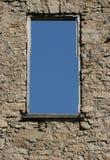 Alte Wand mit Himmel durch Fenster Lizenzfreies Stockfoto