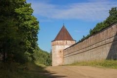 Alte Wand mit Kontrolltürmen im Fort lizenzfreies stockfoto