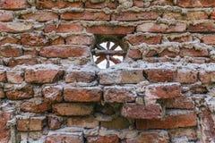 Alte Wand mit rundem Fenster Stockfotografie
