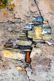 Alte Wand mit Sprüngen Zement, Steine und Ziegelsteine Stockfotos