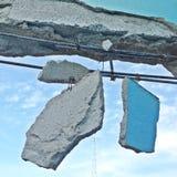 Alte Wand mit Stücken zerstörtem Zementbeton Stockbilder