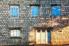 Alte Wand mit Tür und Fenstern Lizenzfreie Stockfotos