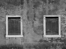 Alte Wand mit zwei Fenstern Lizenzfreies Stockfoto