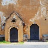 Alte Wand mit zwei Türen Stockbilder