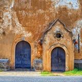Alte Wand mit zwei Türen Stockbild