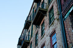 Alte Wand und Balkone lizenzfreies stockfoto