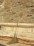 Alte Wand und Besen Stockfotos