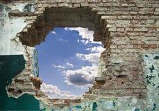 Alte Wand und blauer Himmel Lizenzfreie Stockfotografie