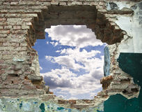 Alte Wand und blauer Himmel Lizenzfreie Stockbilder