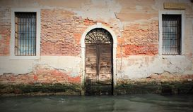 Alte Wand und Gitter auf Flussufer Lizenzfreie Stockfotografie