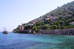 Alte Wand und junges Meer Stockbilder