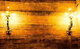 Alte Wand und Licht der roten Backsteine, die an der Wand hängt Stockfotos