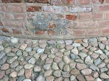 Alte Wand und Steinpflasterung Stockbilder