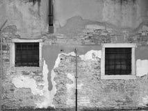 Alte Wand und zwei Fenster Stockfotografie