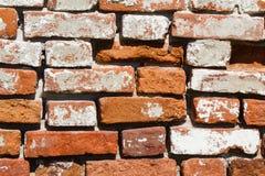 Alte Wand von den alten Ziegelsteinen und vom Zement Lizenzfreie Stockfotos