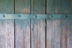 Alte Wand von den hölzernen Planken gemalt mit Farbe mit Eisenstreifen Lizenzfreie Stockbilder