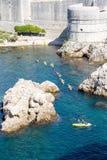 Alte Wand von Dubrovnik und von Meer stockfoto