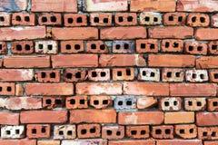 Alte Wand von roten briks deckte Hintergrund, regelmäßige Blockbeschaffenheit mit Ziegeln Lizenzfreie Stockfotografie