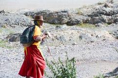 Alte Wanderer in Tibet Stockfotografie