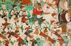 Alte Wandgemälde mit Kriegersmännern und -gewehren auf der Wand des historischen indischen Palastes Stockbilder