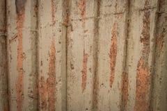 Alte Wandplanken knackten durch einen rustikalen Hintergrund Lizenzfreies Stockfoto