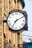Alte Wanduhr bei Camden Lock Market Hall Lizenzfreies Stockbild