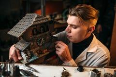 Alte Wanduhr der Uhrmacherwiederherstellung Lizenzfreie Stockfotografie