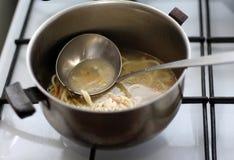 Alte Wanne mit Suppe auf dem Ofen stockfotografie