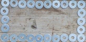 Alte Waschmaschinen und Federscheiben mit einem alten hölzernen Hintergrund für gewerbliche Nutzung werden benutzt, Raum kopieren Lizenzfreies Stockfoto