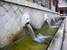 Alte Wasser-Brunnen stockbild