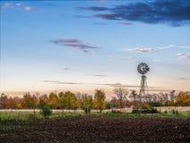 Alte Wasser-Windmühle bei Sonnenuntergang Stockfotos