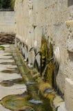 Alte Wasserbrunnenöffentlichkeit im Land Stockfoto