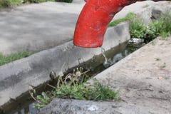 Alte WasserHandpumpe in der Mitte der modernen Stadt Lizenzfreies Stockbild