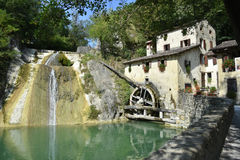 Alte Wassermühle im italienischen Dorf Lizenzfreies Stockfoto